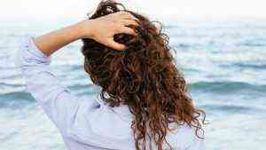 Deniz sonrası kıvırcık saçları kolay açma ve şekillendirme yolları