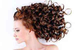 Buklelere hayat için kıvırcık saçlara bakım
