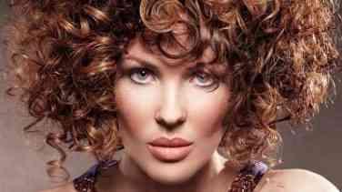 Kısa kıvırcık saçlıları kurtaran 15 saç modeli